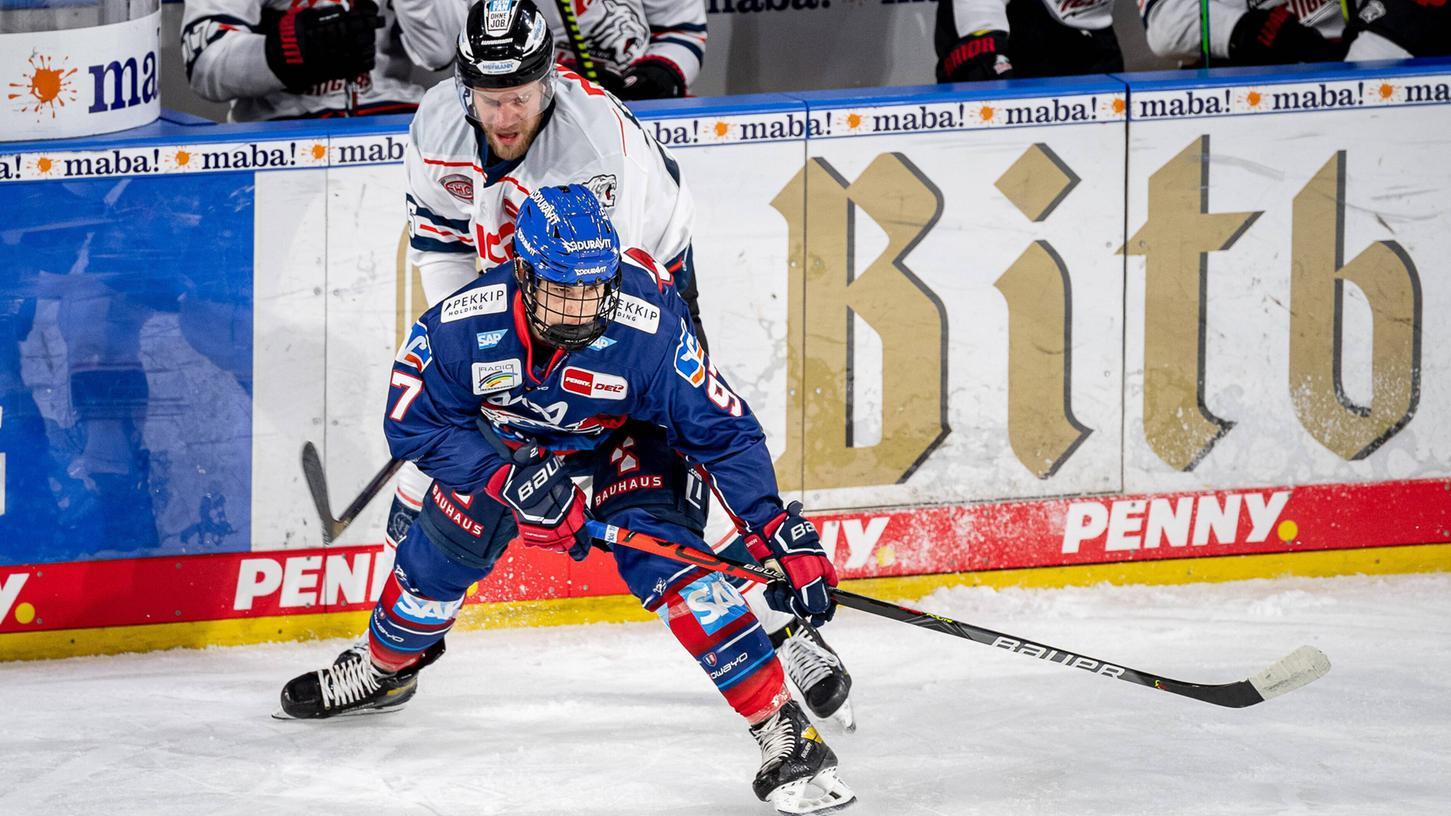 Erste Annäherung: Im Dezember 2020 trafen sich Daniel Schmölz (hinten) und Lukas Ribarik schon auf Nürnberger Eis.