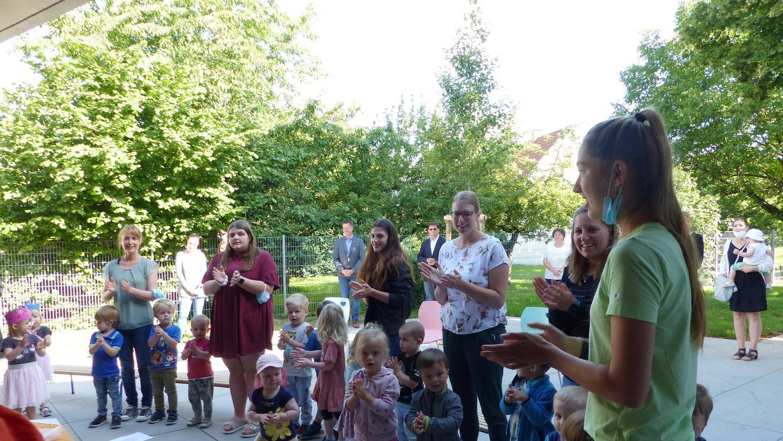 Die Kinder singen und tanzen bei der Einweihung der Kita in Berngau.