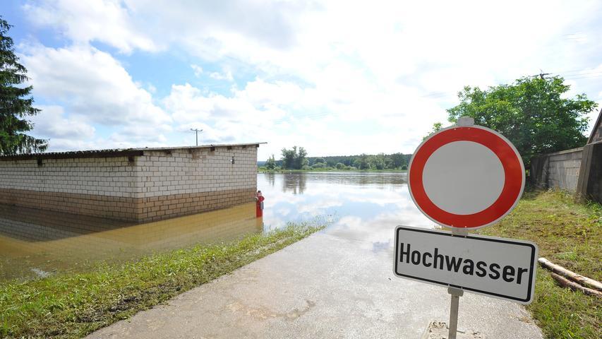 Ressort: Lokales - Forchheim....Datum: 12.07.2021....Foto: Athina Tsimplostefanaki....Hochwasser in Haid....Der Tag nach der Flut im Unteren Aischgrund aufräumen, Schaden