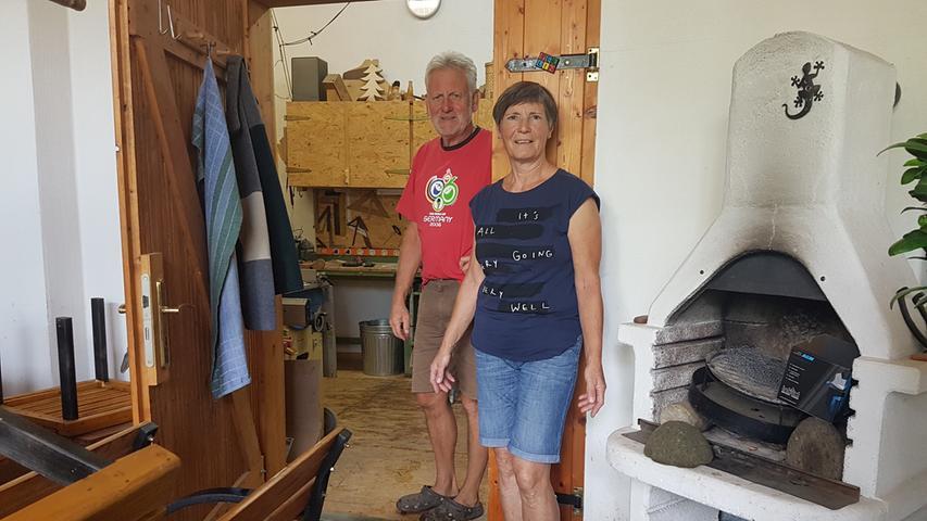 Der Fußboden ist hin: Peter und Barbara Hild aus Hallerndorf vor der Werkstatt, die überflutet war.