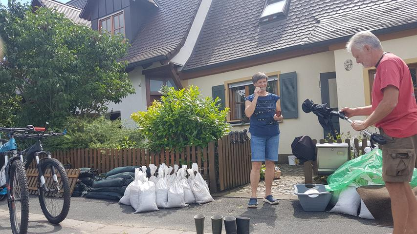 Barbara und Peter Hild aus Hallerndorf trocknen die Sachen aus Schuppen und Scheune. Sie sind froh, dass das Wasser nicht in ihr Haus lief.