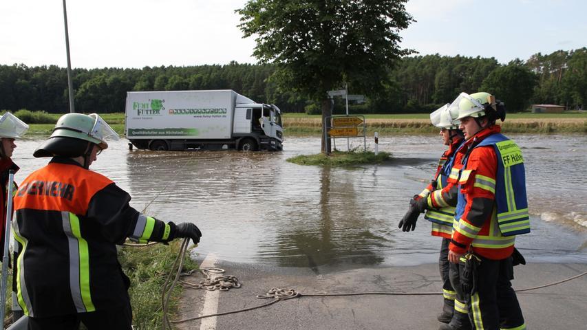 Nachwehen des großen Hochwassers. Obwohl die Pegelstrände sinken sind noch Straßen in der Gemeinde Hallerndorf für den Verkehr gesperrt. Ein 12-Tonner hat von Haid kommend die Hochwassersperrung nicht beachtet und geriet in missliche Lage. Der Fahrer konnte sich selbst aus dem LKW retten.
