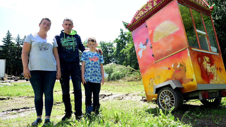 Eine Wiese in Kleinweismannsdorf: Adelheid, Martin und Jason Schubert leben hier seit vielen Jahren, sofern sie gerade nicht mit ihren Buden unterwegs sind.