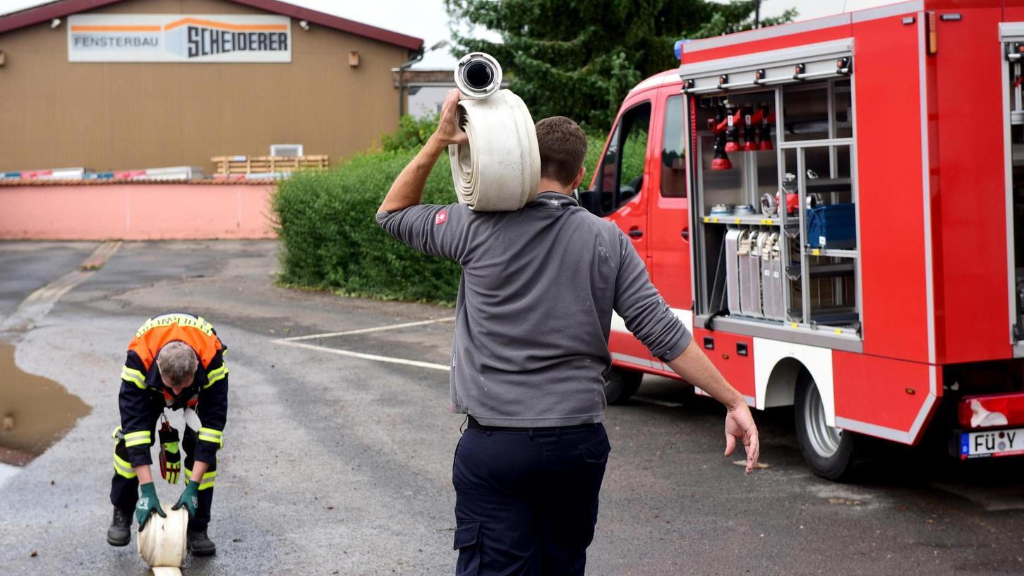 Feuerwehrleute waren im Hochwasser stark gefordert – und bei den meisten Bewohnern sehr willkommen. Aber sie mussten auch Diskussionen führen.