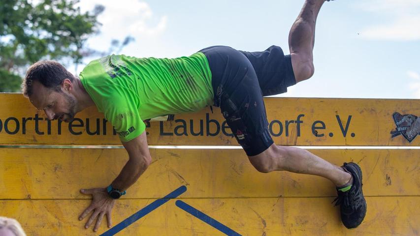 Es hat etwas von einem Trainings-Camp für Soldaten. Diese Bretterwand stellt für die Teilnehmer des Wrestling Runs ein leichtes Hindernis dar.