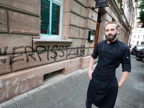 Vadim Karasev vor seinem Restaurant
