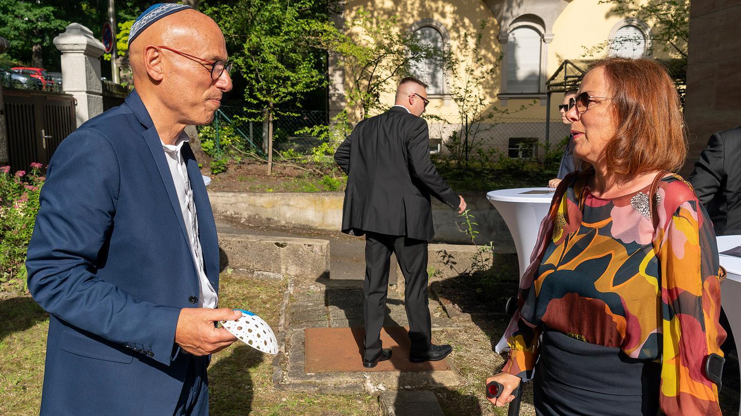 Terry Swartzberg organisiert für die JKG Erlangen die Fundraising-Aktion für eine neue Synagoge. Hier plauscht ermit der JKG-Vorsitzenden Ester Limburg-Klaus (re.).