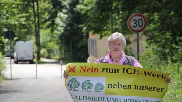 """Inge Jabs wohnt in der Waldsiedlung Weißensee. Für sie kommt ein ICE-Werk auf dem Muna-Gelände beziehungsweise südlich davon nicht in Frage, da es nur wenige hundert Meter hinter der Bebauungsgrenze liegen würde. Die Bahn soll """"einen umweltverträglicheren Standort"""" suchen."""