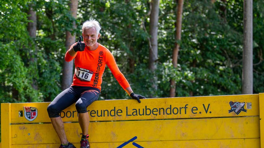 FOTO: Frank Kreuzer, 10.7.2021..MOTIV: Impressionen vom 5. Wrestling Run in  Laubendorf - Wall of Death? Kein Problem!..Hindernislauf, Wrestling Run,  Laubendorf, Ringer, Matsch, Dreck, Spaß, Sportlich