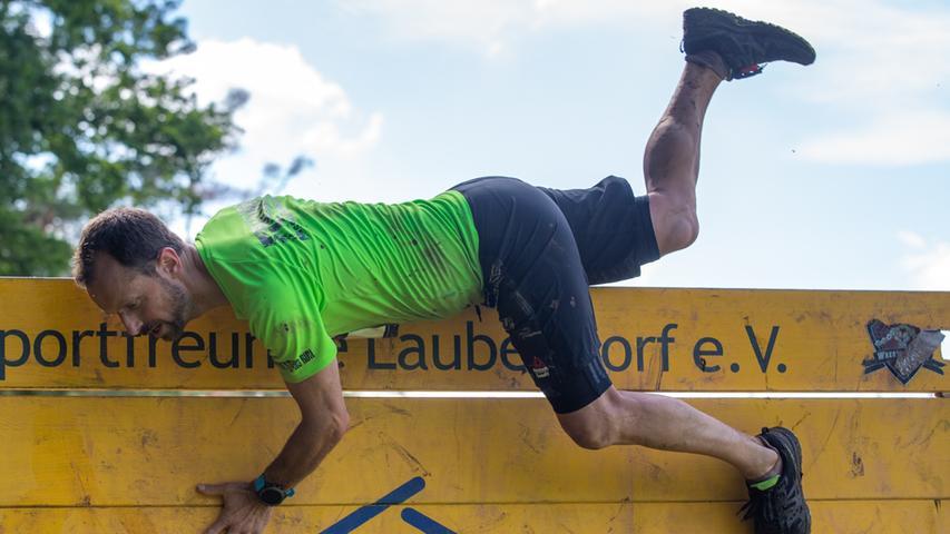 Akrobatisch nimmt dieser Läufer die