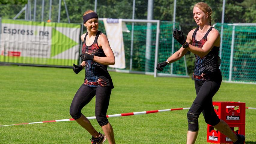 Diese zwei Frauen haben kurz vor dem Zieleinlauf noch die Kraft für ein Lächeln.
