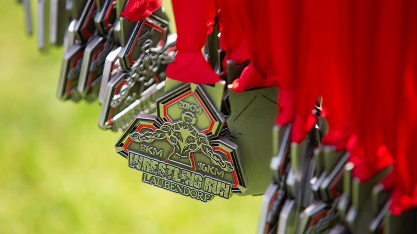 Am Zieleinlauf baumeln schon die Medaillen für alle Teilnehmer.