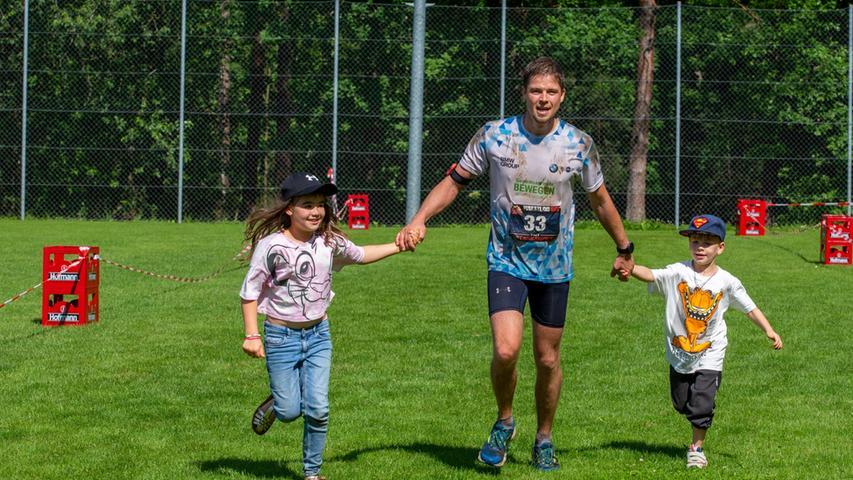 20-km-Sieger Frank Röllich muss von seinen Kindern Richtung Ziel gezogen werden... oder auch nicht.