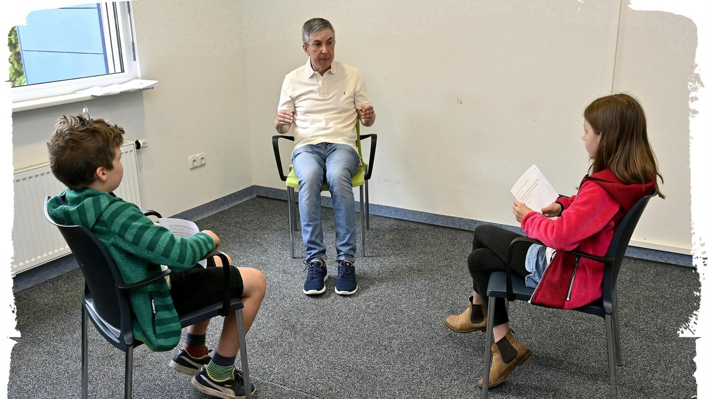 Thaddäus und Emma aus der Grundschule Bubenreuth hatten viele Fragen an Professor Gunther Moll mitgebracht.