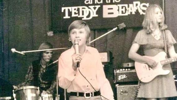 Schon früh drängte es ihn auf die Bühne, mit Erfolg. Lorenz hatte schon als Kind und als Teenager immer wieder Auftritte, hier mit der Band