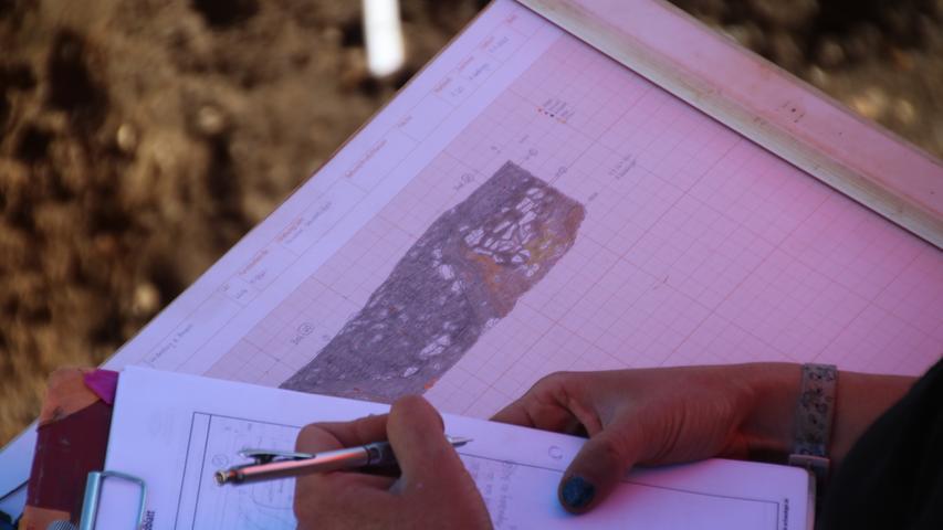 Jeder Stein, jede Scherbe muss dokumentiert werden. Mitunter auch in akribischen Zeichnungen. So sollen die Funde auch später noch interpretierbar bleiben