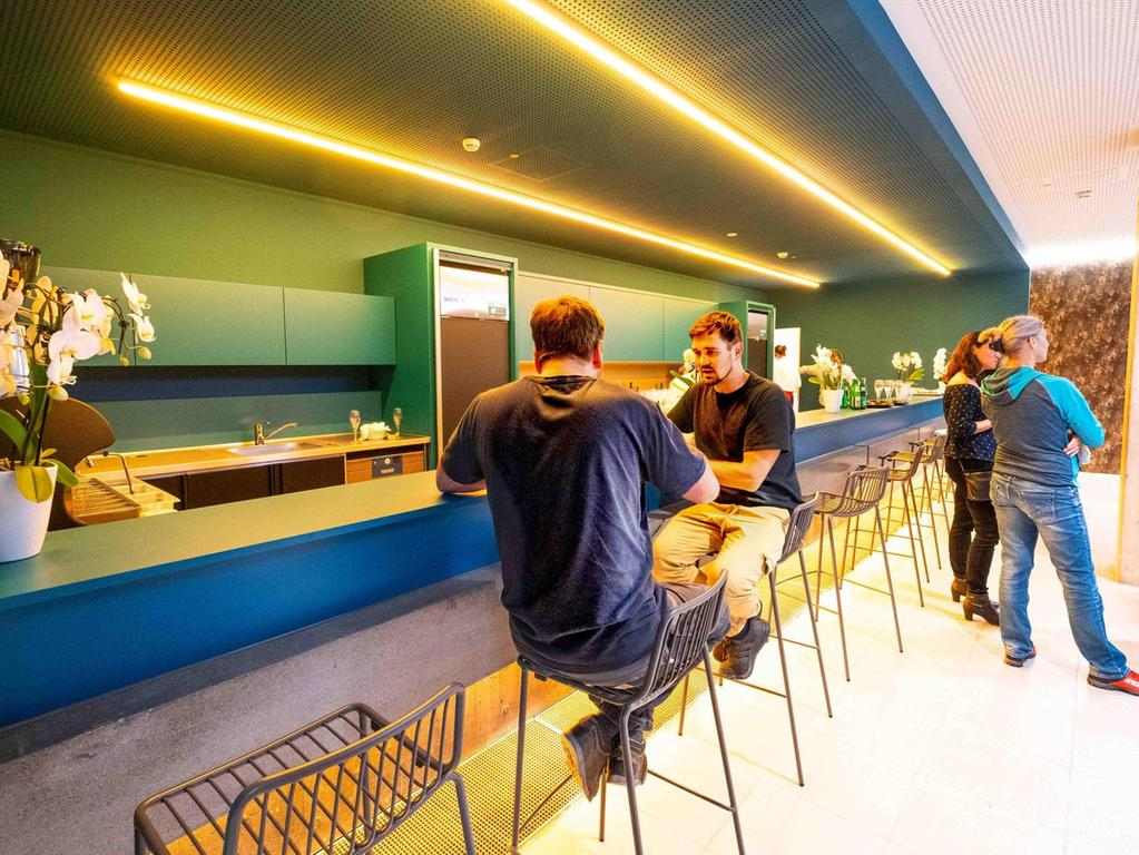 Eine Bar wie in einem Gemälde von Edward Hopper. Nur nicht einsam, sondern freundlich und kommunikativ.