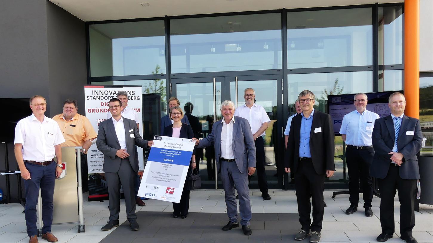 MdB Alois Karl überreicht den Förderbescheid an Anton Schmailzl, den operativen Geschäftsführer am Technologie Campus Parsberg.