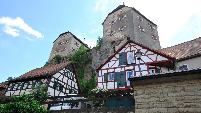 """Hoch oben über dem Dorf Hiltpoltstein thront die Burg auf einem Felsen. Sie gehört zu den vier inoffiziellen Dorfzentren – neben der Schule, dem neuen Spielplatz und dem """"Marktplatz"""" an der Bundesstraße 2, der demnächst sein Gesicht deutlich verändern wird und sich zum Treffpunkt entwickeln soll."""