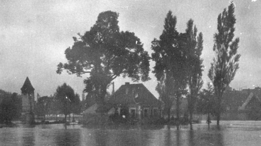 Die Verbindung zwischen dem östlichen und dem westlichen Stadtteil von Herzogenaurach war im Juli 1941 komplett unterbrochen, ebenso wie die zwischen Bahnhof und dem Buck einerseits und dem Rest der Stadt andererseits. Das Bild zeigt das Schießhaus.