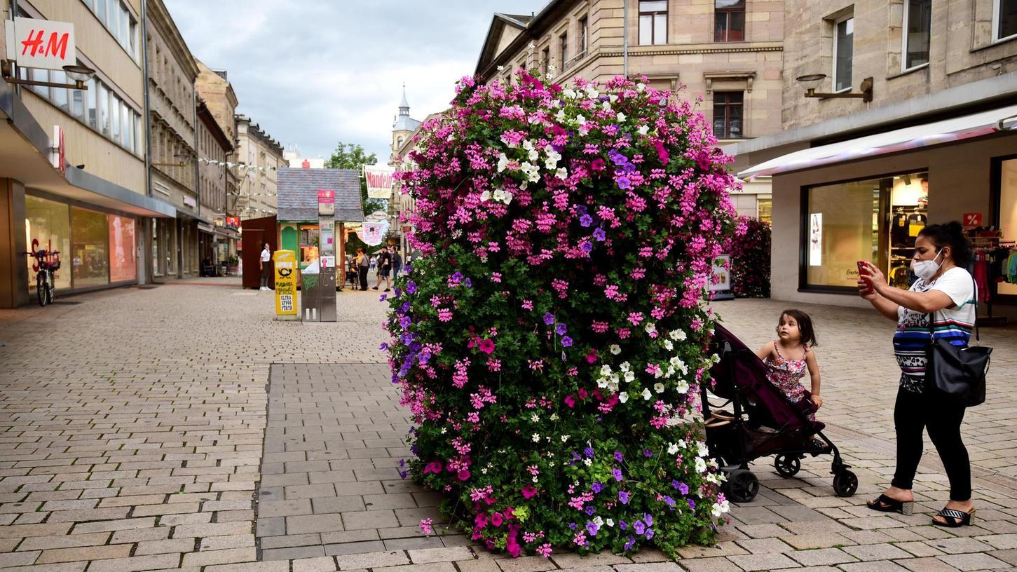 Blütenpracht gibt es seit kurzem schon – um die pandemiegeplagte Innenstadt weiter zum Aufblühen zu bringen, kann sich die Stadt vorstellen, nun doch noch Wasserspiele in der Schwabacher Straße auf Höhe von H & M zu verwirklichen.