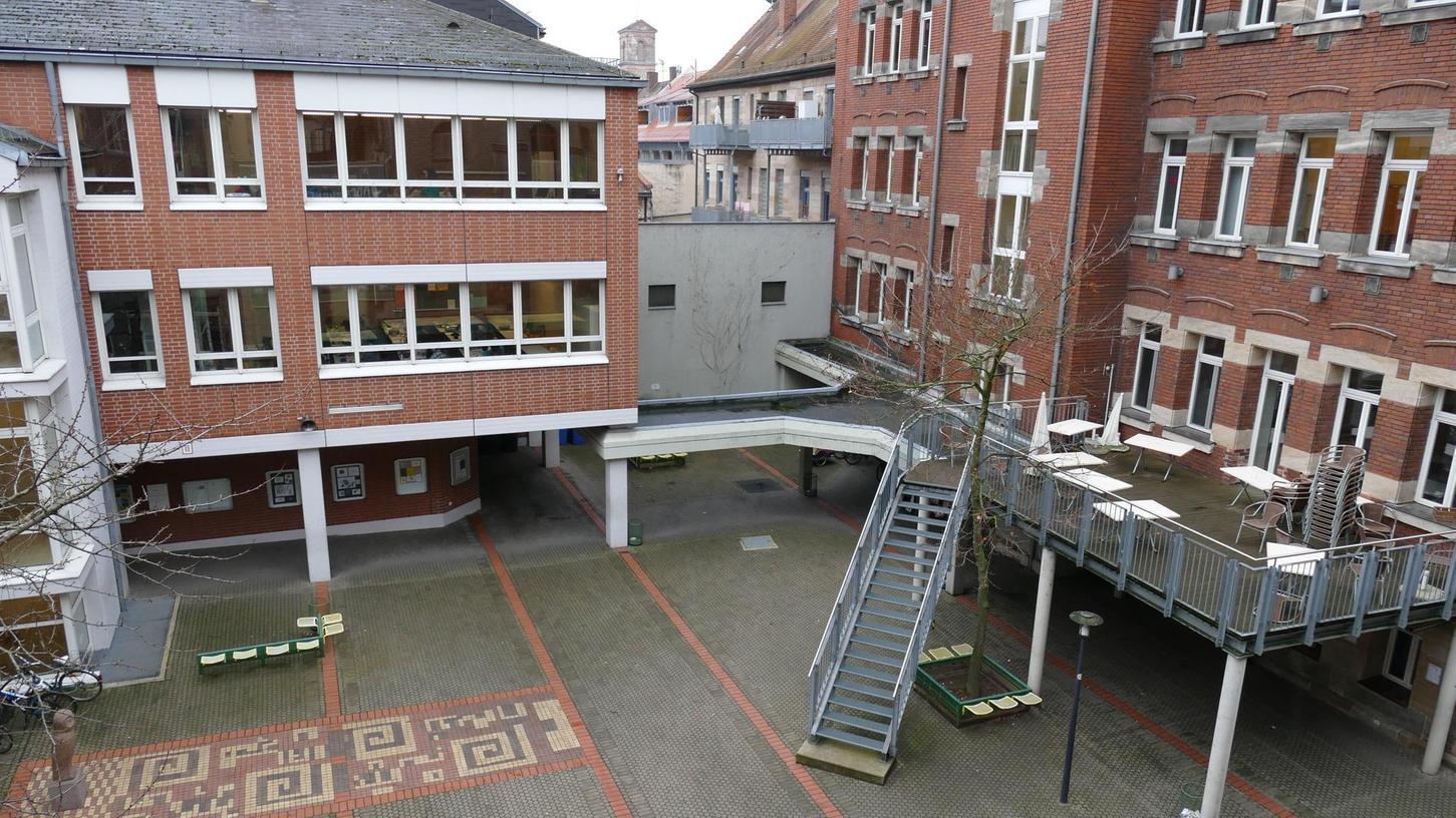 """Das alte """"Schliemann"""" an der Königstraße – hier ein Blick auf den hinteren Trakt mit Schulhof – soll übergangsweise als viertes Gymnasium dienen."""