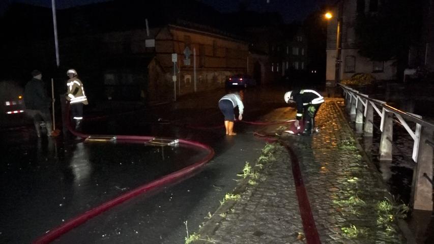 Bereits am Wochenende wurde Franken teilweise extrem heftig von Hochwasser getroffen. Auch für Dienstag (13.07.2021) wurden wieder Unwetter für den Bereich angekündigt. Am frühen Abend begann es bereits im oberfränkischen Landkreis Hof stark zu regnen. In Kürzester Zeit sind Gullys übergesprudelt und auf Straßen überschwemmt worden, unzählige Keller vollgelaufen. Auch die Stadt Hof ist Land unter. Seit dem späten Nachmittag sind Feuerwehr, THW und Rettungskräften in größeren Teilen des Landkreises Hof vorallem in den nördliche Bereichen des Landkreises im Einsatz. Die anhaltenden Regenfälle brachten zum Teil starke Ãœberschwemmungen mit sich. Hauptverkehrsadern, zahlreiche Wohnhäuser und mehrere Firmengebäude sind schwer betroffen.Um 20:50 Uhr hatLandrat Dr. Oliver Bärden Katastrophenfall im Landkreis Hof ausgerufen.Wie das Landratsamt Hof am Abend mitteilte, sind seit den Abendstunden die Einsatzkräfte insbesondere in Naila, Selbitz, Köditz, Feilitzsch und Trogen im Einsatz. Aktuell sind über 50 Feuerwehren aus dem Landkreis und der Stadt Hof im Einsatz. Insgesamt sind derzeit knapp 1.000 Kräfte der Feuerwehr sowie 140 Kräfte des THW vor Ort. Das Landratsamt Hofbittet die Bevölkerung, weiterhin vorsichtig zu sein und nach Möglichkeit zu Hause zu bleiben. Foto: NEWS5 / Fricke Weitere Informationen... https://www.news5.de/news/news/read/21387