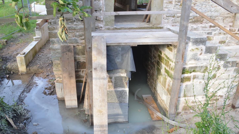 Im Keller der Synagoge aus Allersheim steht noch am Montagabend das Wasser.