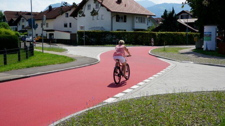 Eine solche Fahrradstraße, wie hier in Sonthofen, könnte es vielleicht auch irgendwann im Landkreis geben. Radfahrer dürfen dort nebeneinander fahren und haben gegenüber Autofahrern Vorrang. Die rote Markierung macht den Radweg gut sichtbar.