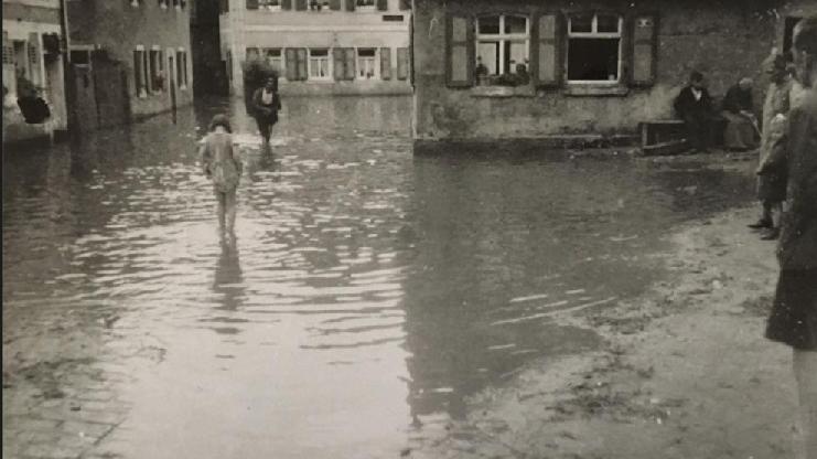 In Höchstadt traf es als erstes die Gerber- und die Färbergasse, die ohnehin öfter mit Überschwemmungen leben mussten. Hier ist das Hochwasser am Scheubelhaus zu sehen.