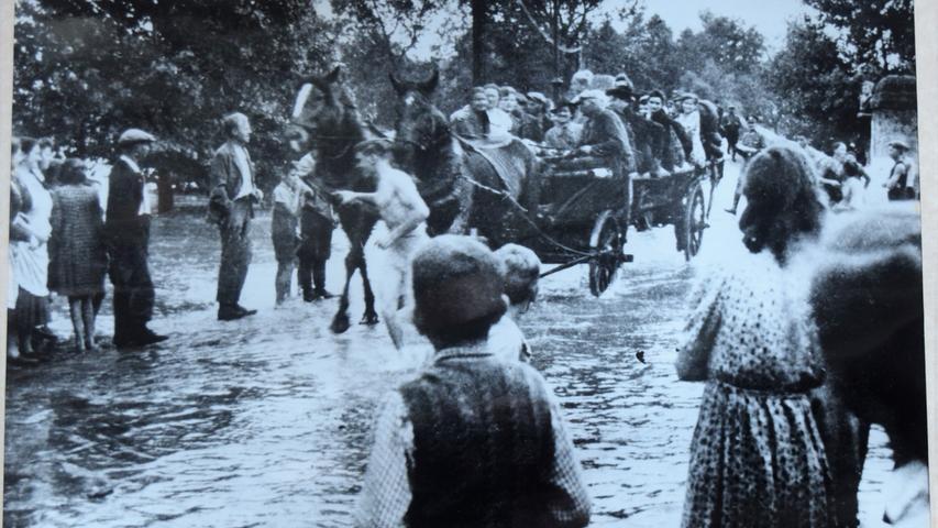 Mit dem Pferdegespann kamen die Beerenpflücker trockenen Fußes über den Fluss in Höchstadt.