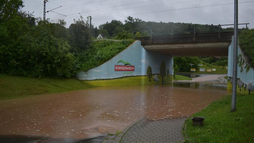 In Burgbernheim war unter anderem die Durchfahrt unter den Bahnschienen überschwemmt.