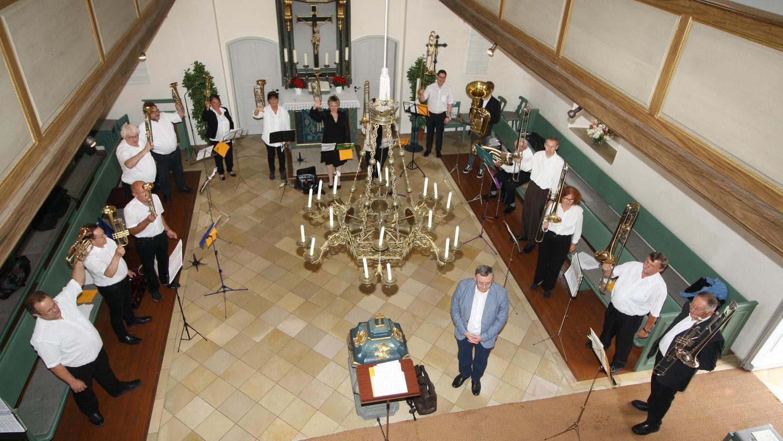 Den Festgottesdienst bereicherten die Musiker des Jubelchores von der Empore, beim nachfolgenden Standkonzert fanden sie sich im Altarraum der Markgrafenkirche ein.