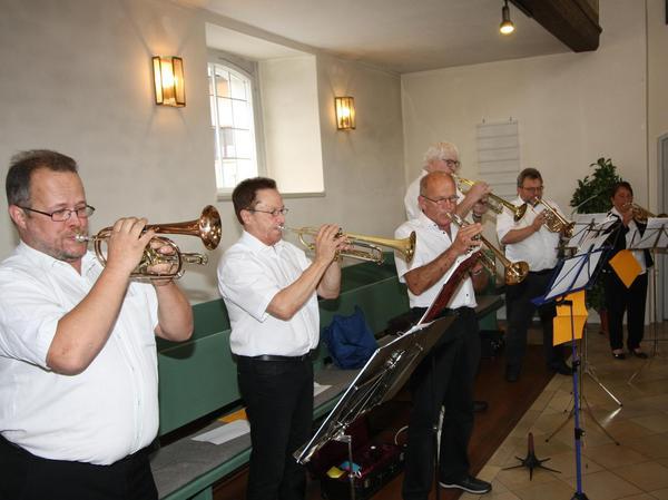 Zum Finale von Festgottesdienst und Standkonzert entboten die Musiker ihren Bläsergruß.