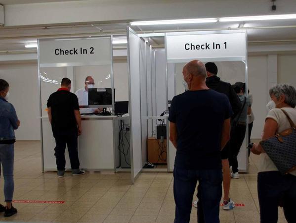 Vor der Impfung musste an den Check-in-Schaltern noch das ein oder andere Formular ausgefüllt werden.