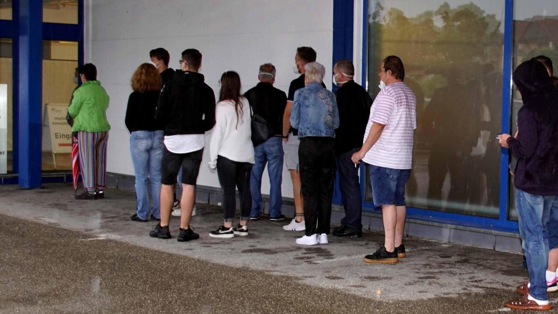Trotz Dauerregen bildeten sich am frühen Dienstagabend lange Schlangen vor dem Impfzentrum Gunzenhausen. 140 Menschen nutzten die Gelegenheit, ganz ohne Termin geimpft zu werden.