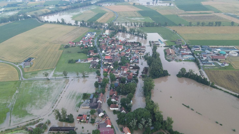 Wie dramatisch die Lage in Kaubenheim war, zeigt diese Drohnen-Aufnahme des Ipsheimer Ortsteils.