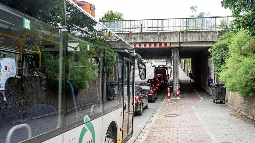 Auf dem Weg zu den Arcaden nimmt die StUB den gleichen Weg wie die Autos, bekommt aber einen eigenen Tunnel hinter der Mauer rechts.