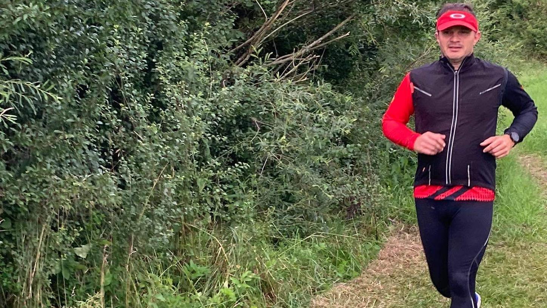 Harald Kaunz genießt die angenehmen Temperaturen und den weichen Boden bei  seiner Laufrunde im Wald bei Deining.