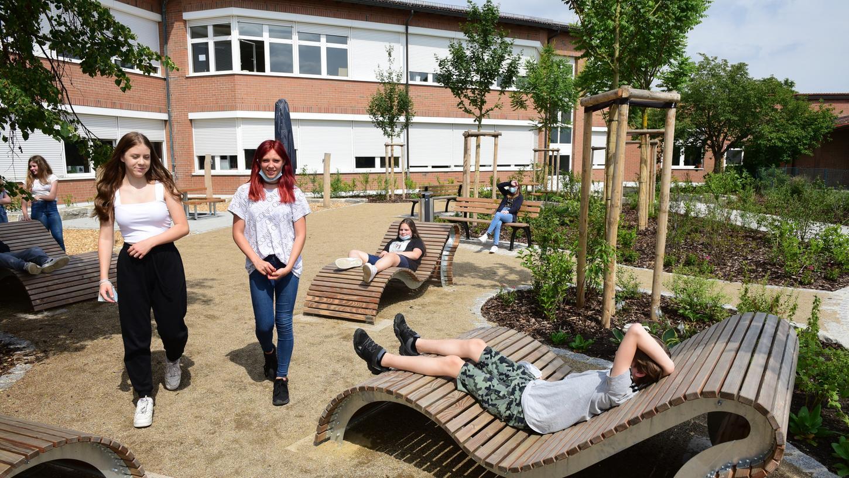 Die Klasse 6b der Otto-Lilienthal-Schule macht es sich schon mal bequem in der neuen Ruhezone.