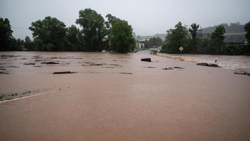 Im Rheinland ist eine Straße zwischen den OrtenRittersdorf und Nattenheim von der Nims überflutet worden.