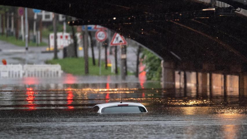 Starkregen lässt ganze Städte im Westen Deutschlands im Hochwasser versinken
