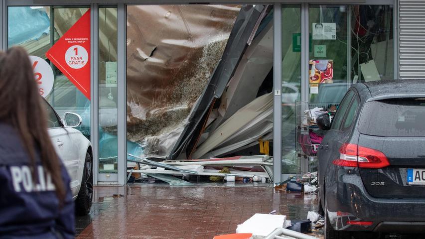 Starkregenfälle haben das Flachdach des Ladenlokals in Würselen einstürzen lassen - die Trümmer liegen in einem Einkaufszentrum.