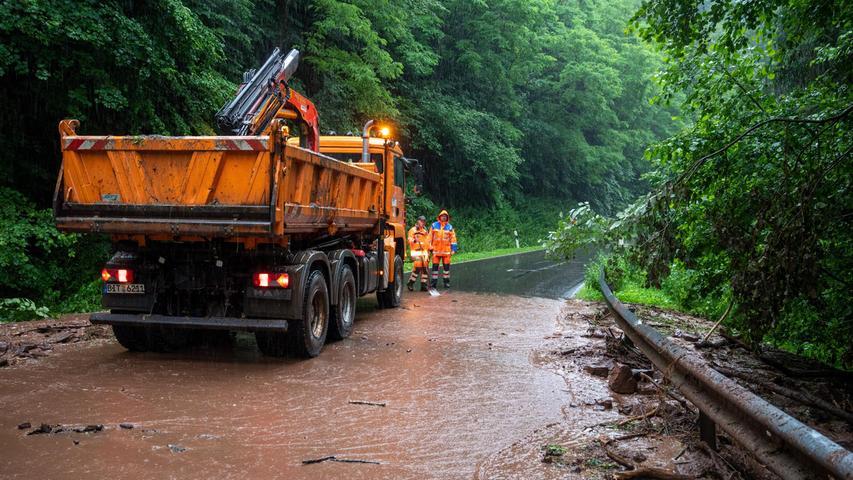 Schlamm hat diese Straße nach den Regenfällen inRheinland-Pfalz bedeckt.