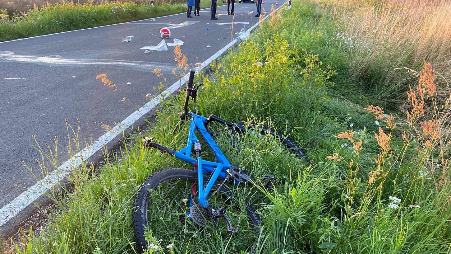 Das beteiligte Fahrrad liegt nach der Kollision im Straßengraben.