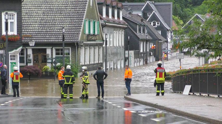 Einsatzkräfte in Westdeutschland versuchen die Wassermassen im Zaum zu halten.
