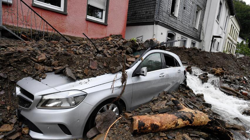 Der reißende Strom hinterließ Zerstörung in den Straßen.