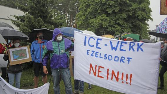ICE-Werk bei Mimberg: 300 Menschen protestieren im Regen