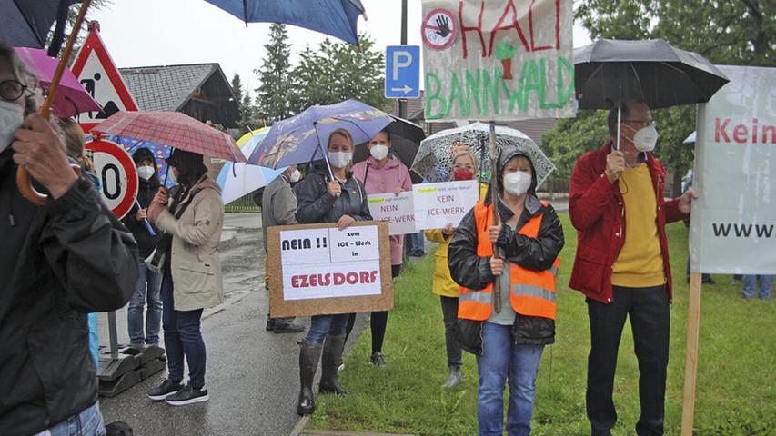 Mit Schirmen und Transparenten harrten die Demonstranten im Dauerregen aus.