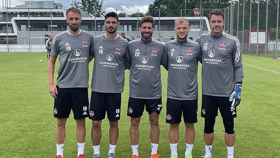 Führungskräfte am Valznerweiher: Enrico Valentini und der frisch gewählte Mannschaftsrat des FCN.